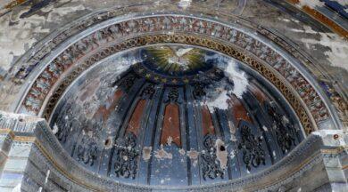 Defineciler tarihi kiliseyi kazarak tahrip etti