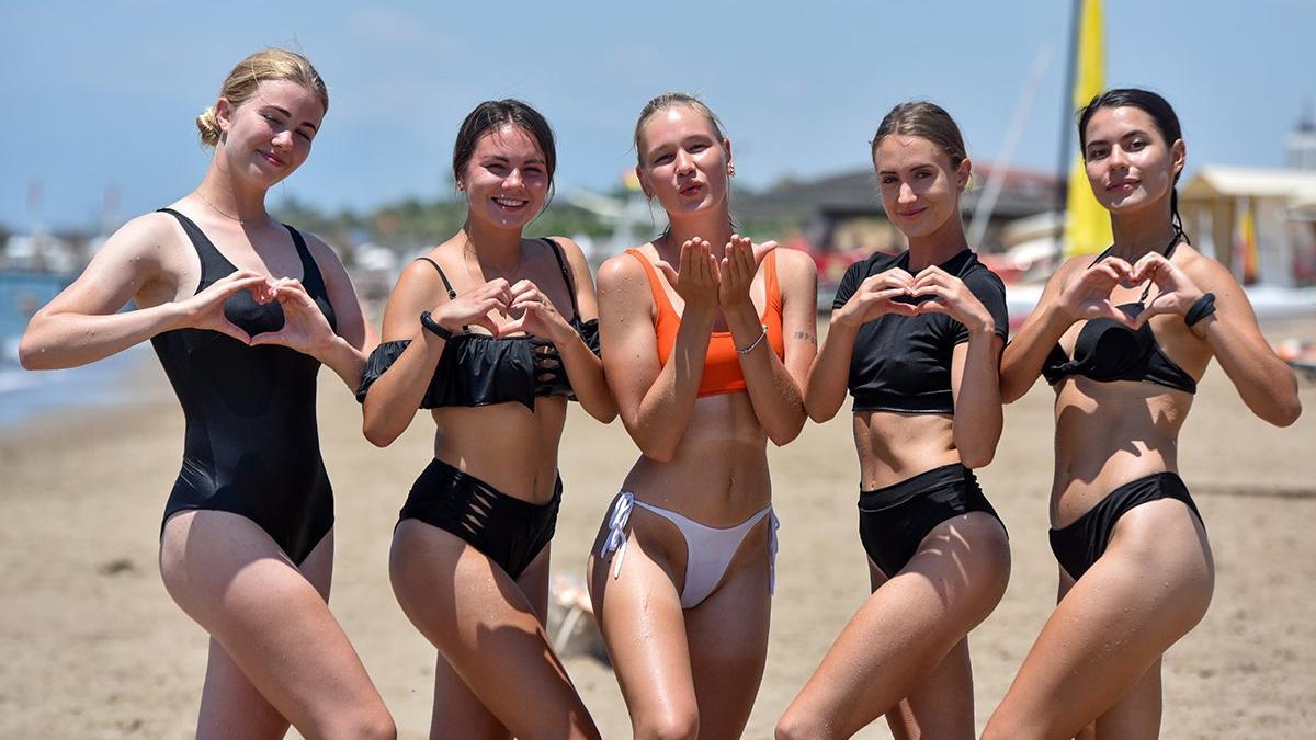 Rus turistler sahile indi