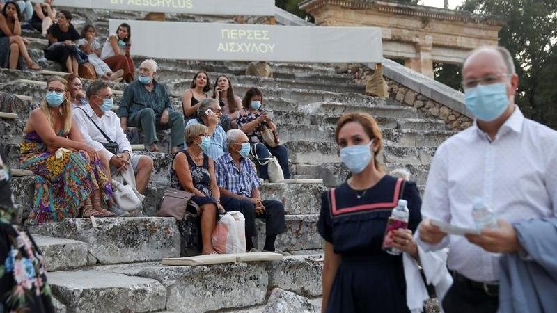 Yunanistan'da maske zorunluluğu kaldırılıyor