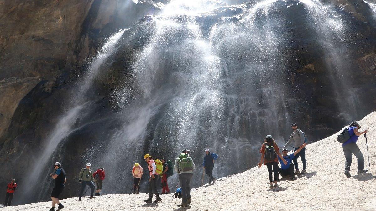 30 dağcı Hakkari'de erimeye başlayan 20 bin yıllık buzullara çıktı