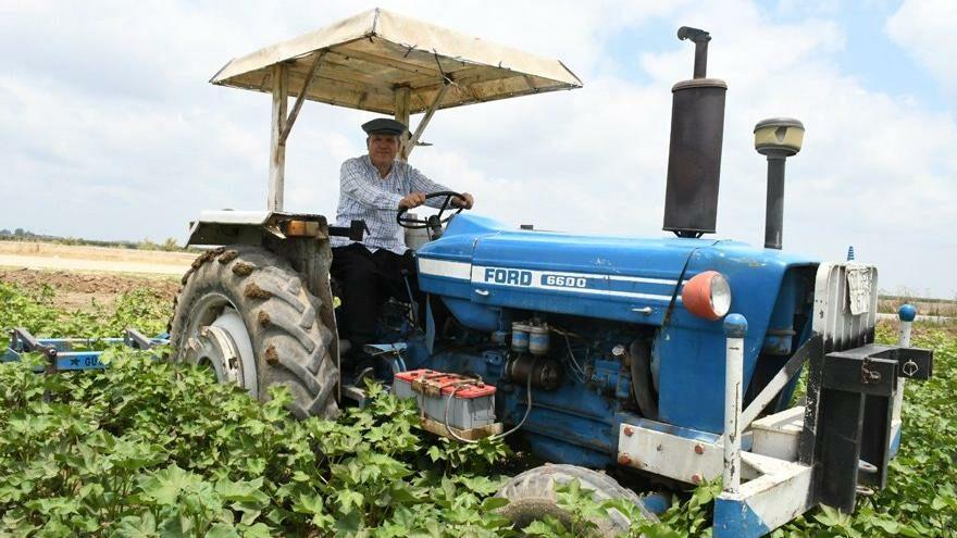 Kasketini taktı, şalvarını giydi, çiftçinin derdini tarladan anlattı…