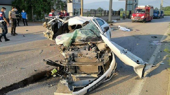 Otomobil paramparça oldu: 3 kişi öldü - Son dakika haberleri