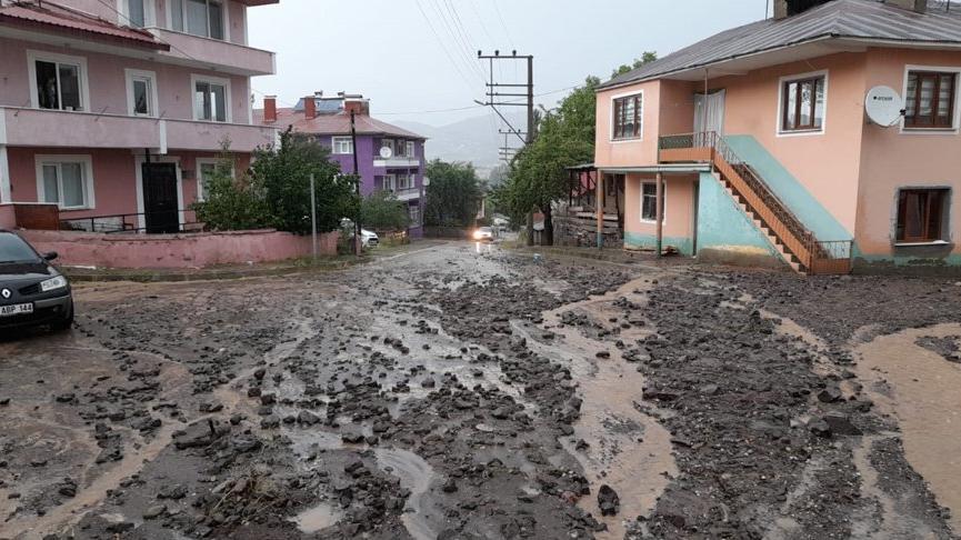 Sağanak nedeniyle dere taştı, yollar çamurla kaplandı