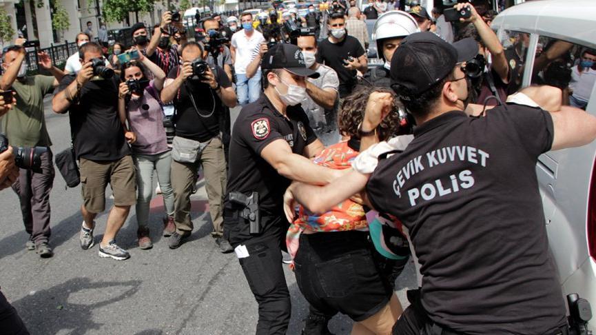 Taksim'de LGBTİ yürüyüşü öncesinde toplananlara polisten sert müdahale
