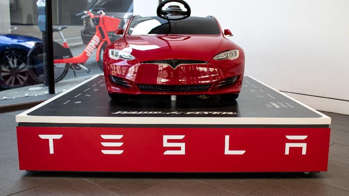 Tesla, Çin'de sattığı 285 bin aracı geri çağırıyor