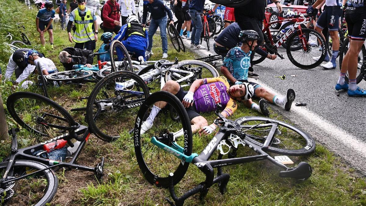 Fransa Bisiklet Turu'nda akılalmaz olay! Pankart açan seyirci...
