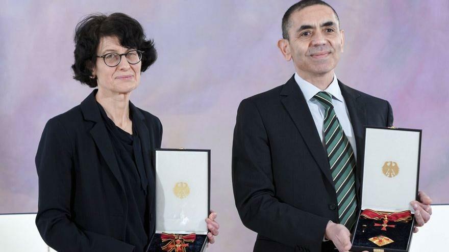 Uğur Şahin ve Özlem Türeci'ye İspanya'dan büyük onur