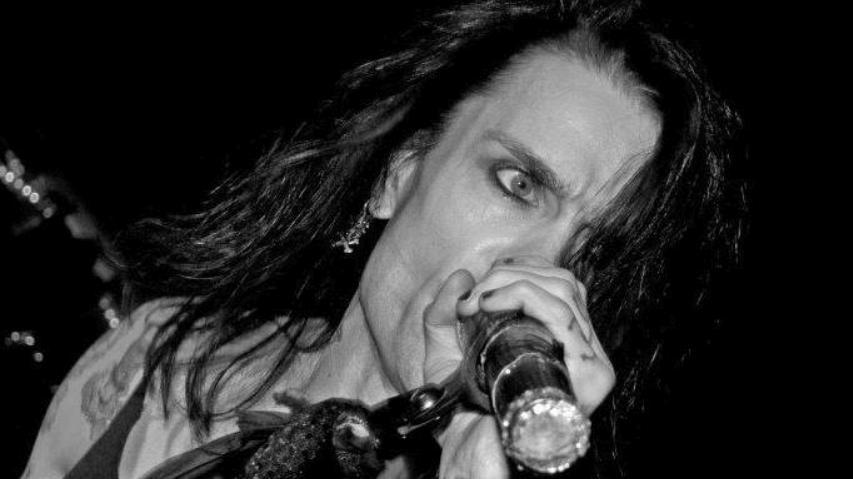 48 yaşındaki rock müzisyeni, AstraZeneca aşısı olduktan sonra beyin kanamasından öldü