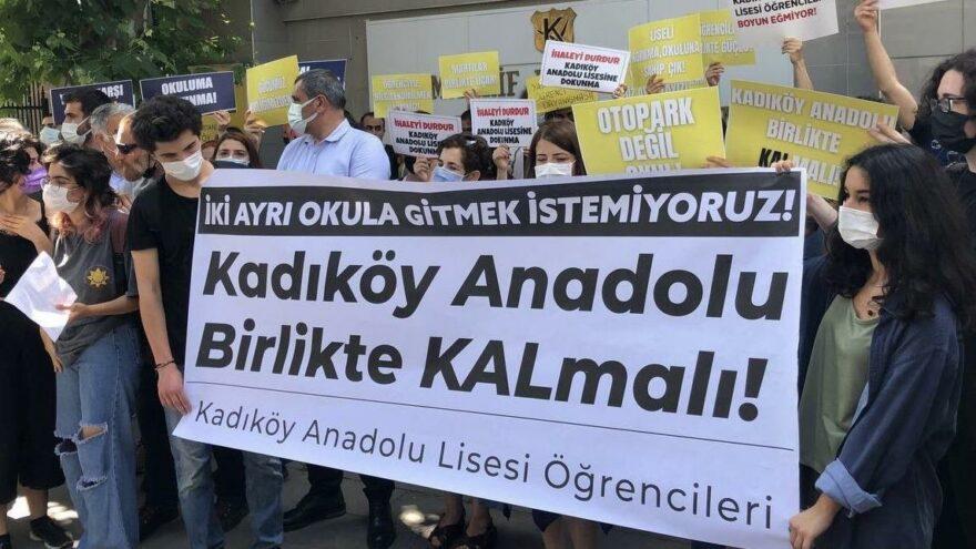 Kadıköy Anadolu Lisesi önünde 'okulumuzu yıkmayın' eylemi