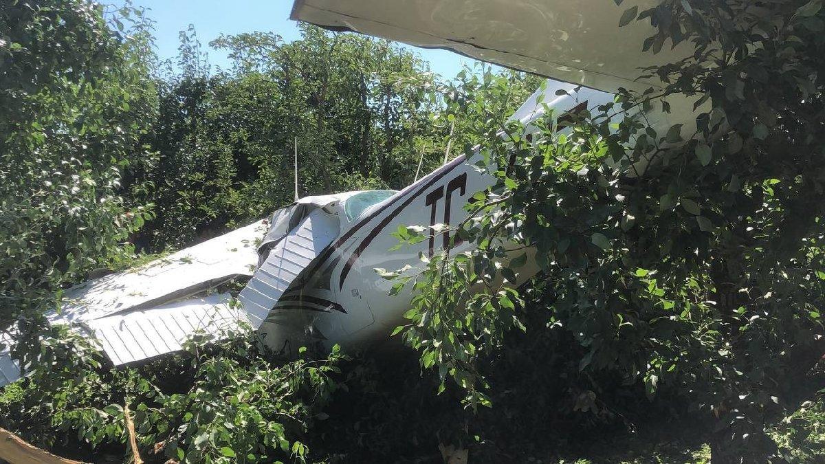 Eğitim uçağı acil iniş sırasında kaza yaptı