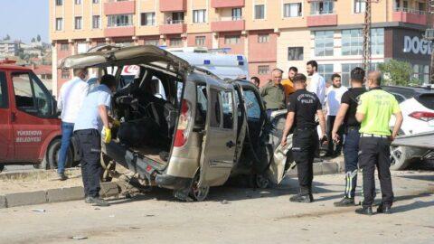 Feci kaza! İki araç kafa kafaya çarpıştı: 9 yaralı