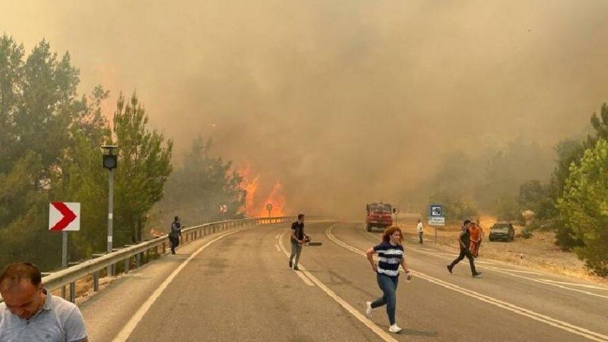 Antalya'da orman yangını çıktı, yol ulaşıma kapandı