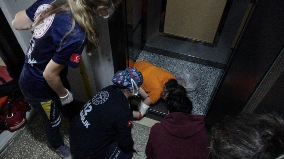 Asansörde dehşet anları! 10 yaşındaki kızı böyle kurtarmaya çalıştılar