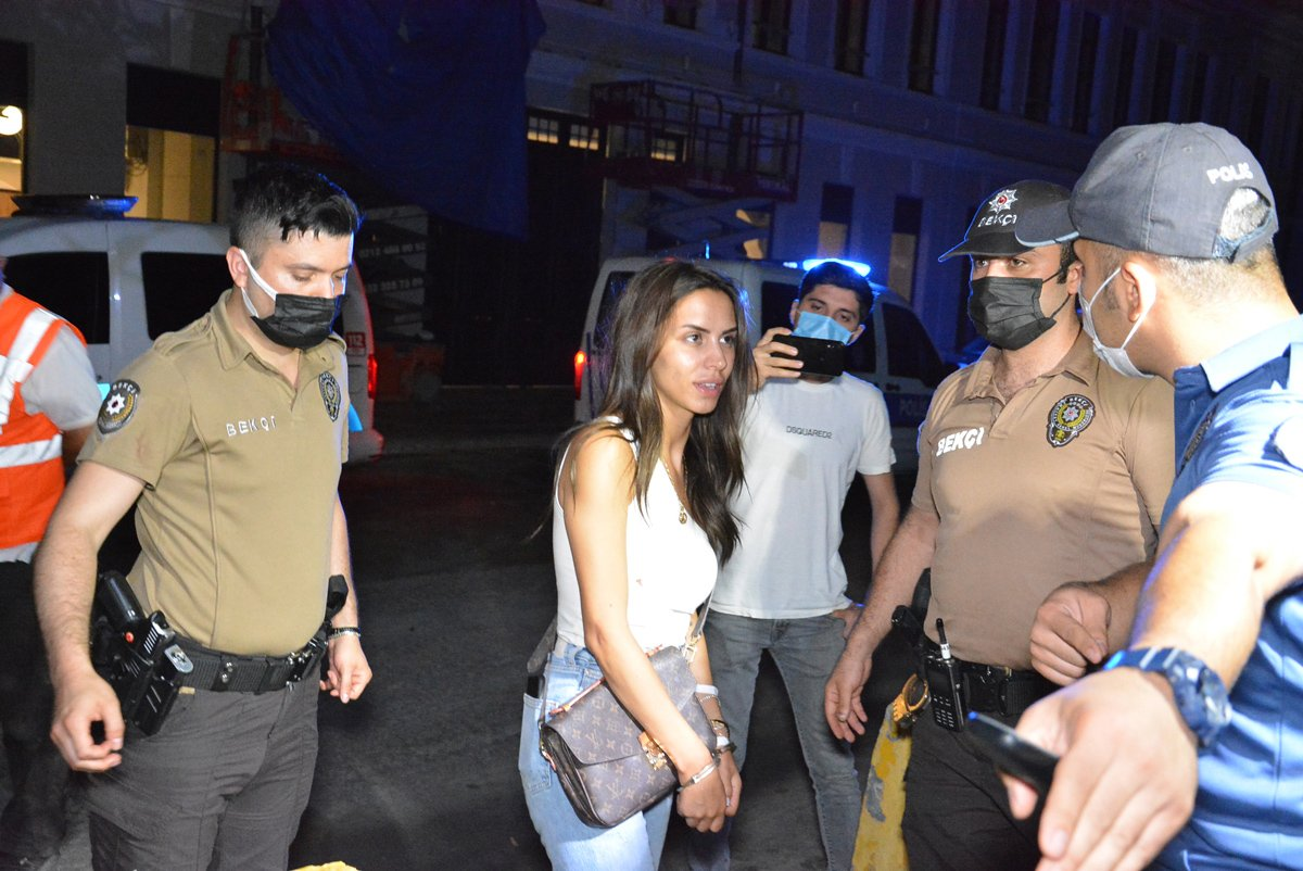 Polis, ünlü oyuncu Ayşegül Çınar'a kelepçe taktı.