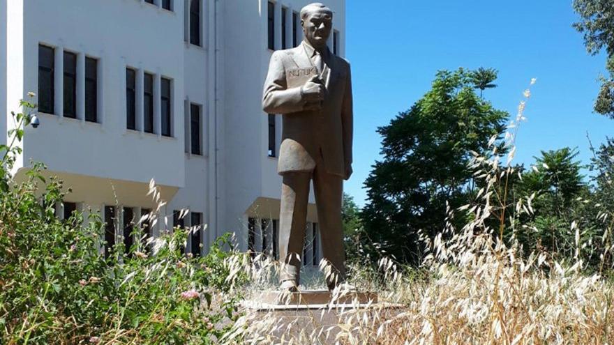 Atatürk'ün heykeline belediye sahip çıktı