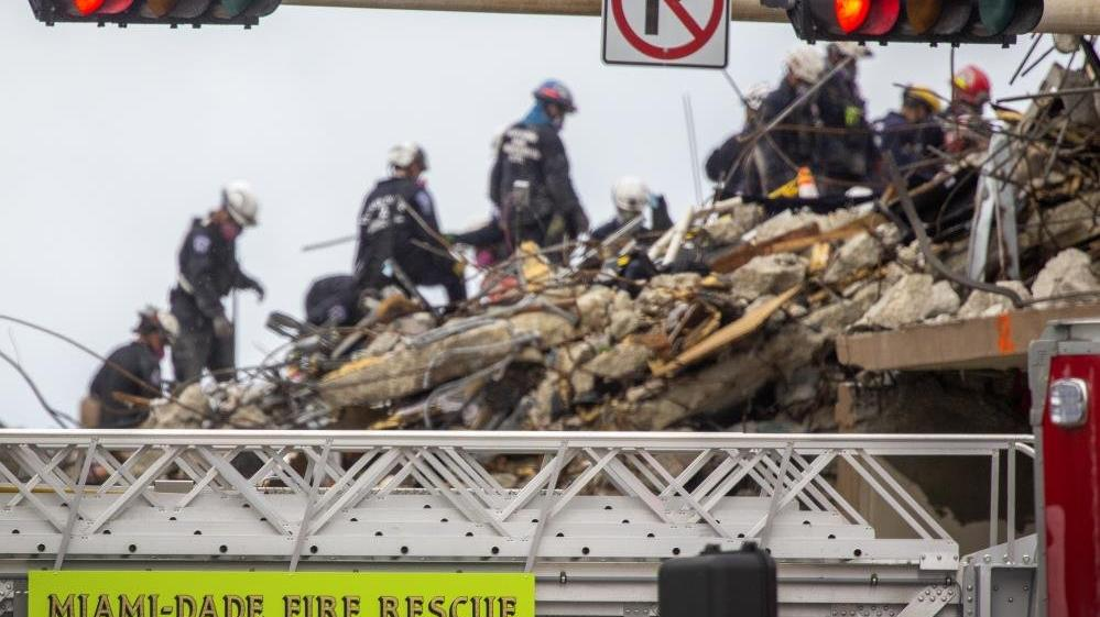 ABD'de çöken binada arama-kurtarma çalışmalarına geçici süre ile durduruldu