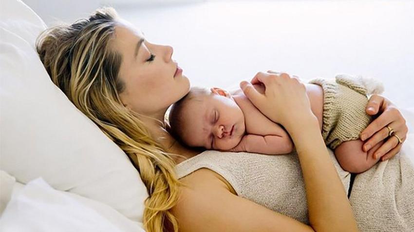 Aylar sonra açıkladı... Amber Heard taşıyıcı anneyle bebeğini kucağına aldı