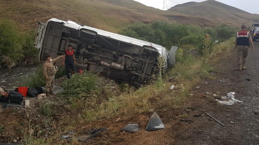 Yağmurla kayganlaşan yolda yolcu otobüsü devrildi: 21 yaralı