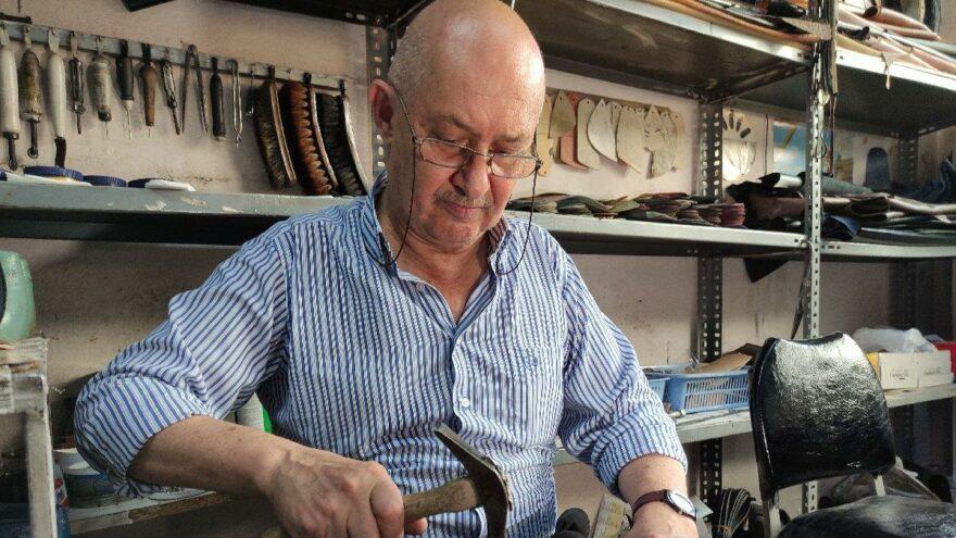 Yılan derisinden ayakkabı dikiyor, 4 bin liraya satıyor