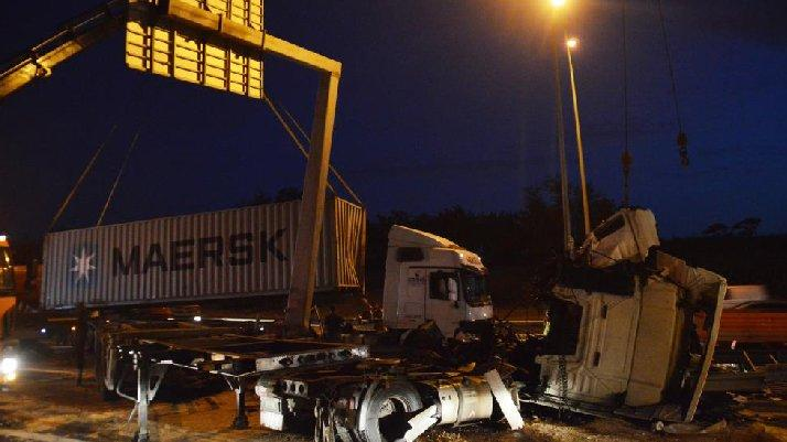 TEM'de korkunç kaza... Sürücü kabini paramparça oldu: 1 ölü