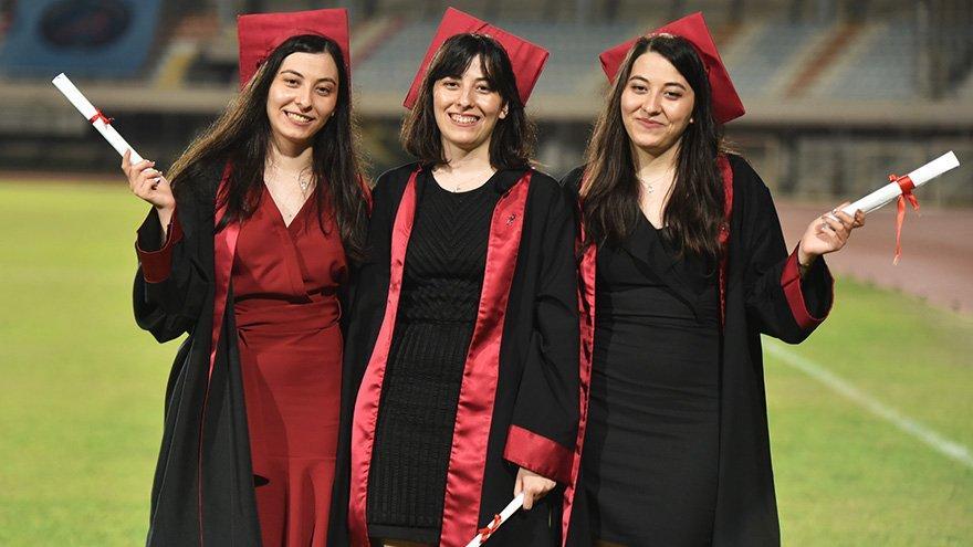 Üçüz doktorların diploma sevinci