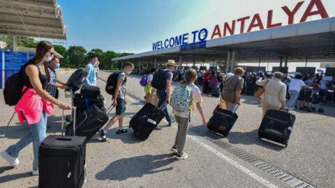 Antalya'ya 5 ayda gelen turist 1 ayda geldi