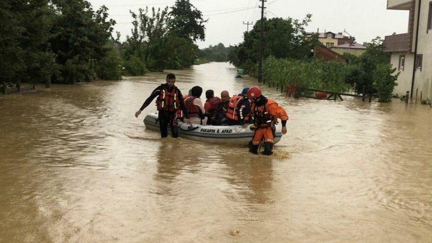 Selde mahsur kalan vatandaşlar botlarla kurtarıldı