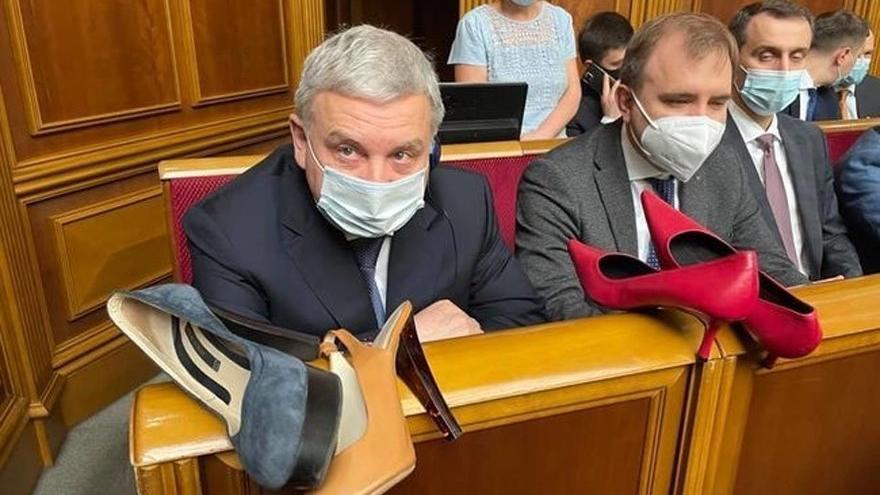Ukrayna Savunma Bakanı'na topuklu ayakkabı hediye ettiler