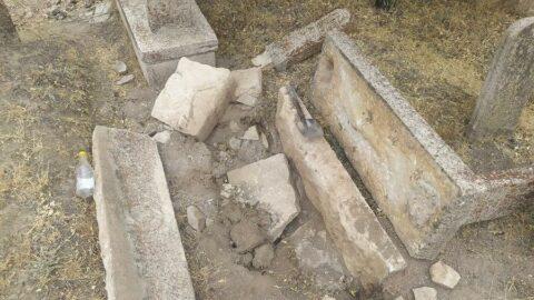 Define avcıları mezarlıkları tahrip etti
