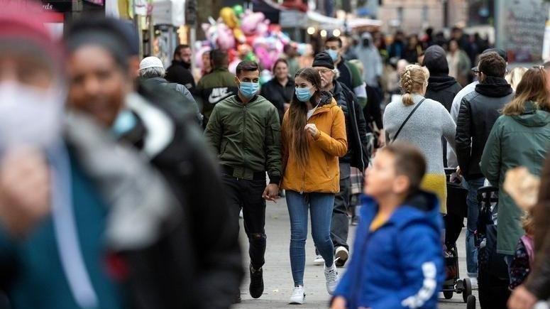Vaka sayısı 20 binin altına düşmeyen ülkede maske zorunluluğu kalkıyor