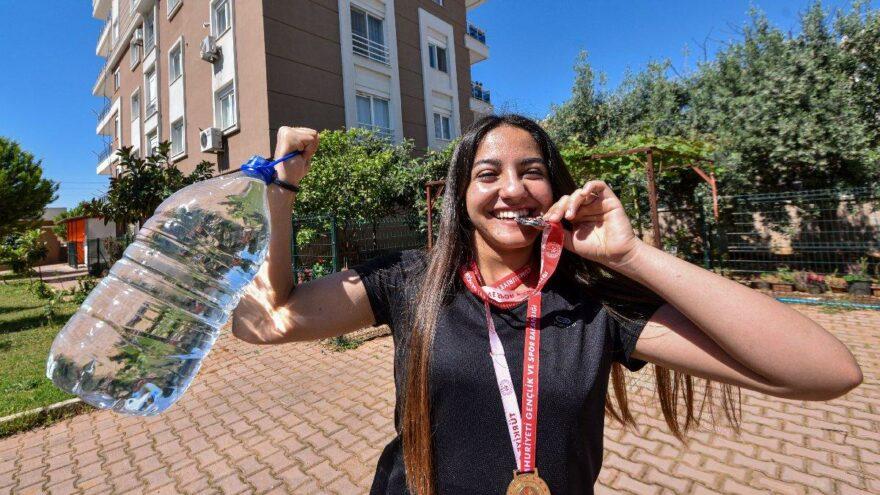 Pandemide su bidonlarıyla çalışıp, bronz madalya kazandı