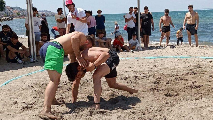 Güreşçiler hünerlerini plajda sergiledi