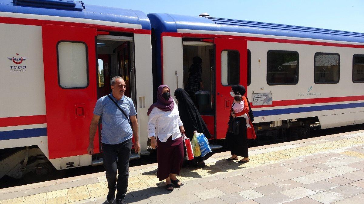 Seferler açıldı, yüksek otobüs bileti fiyatlarından kaçan yolcu trene yöneldi