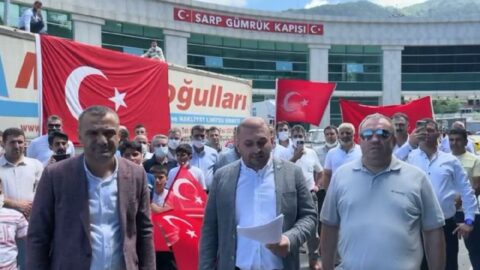 TIR sürücüleri Sarp Sınır Kapısı'nda eylem yaptı