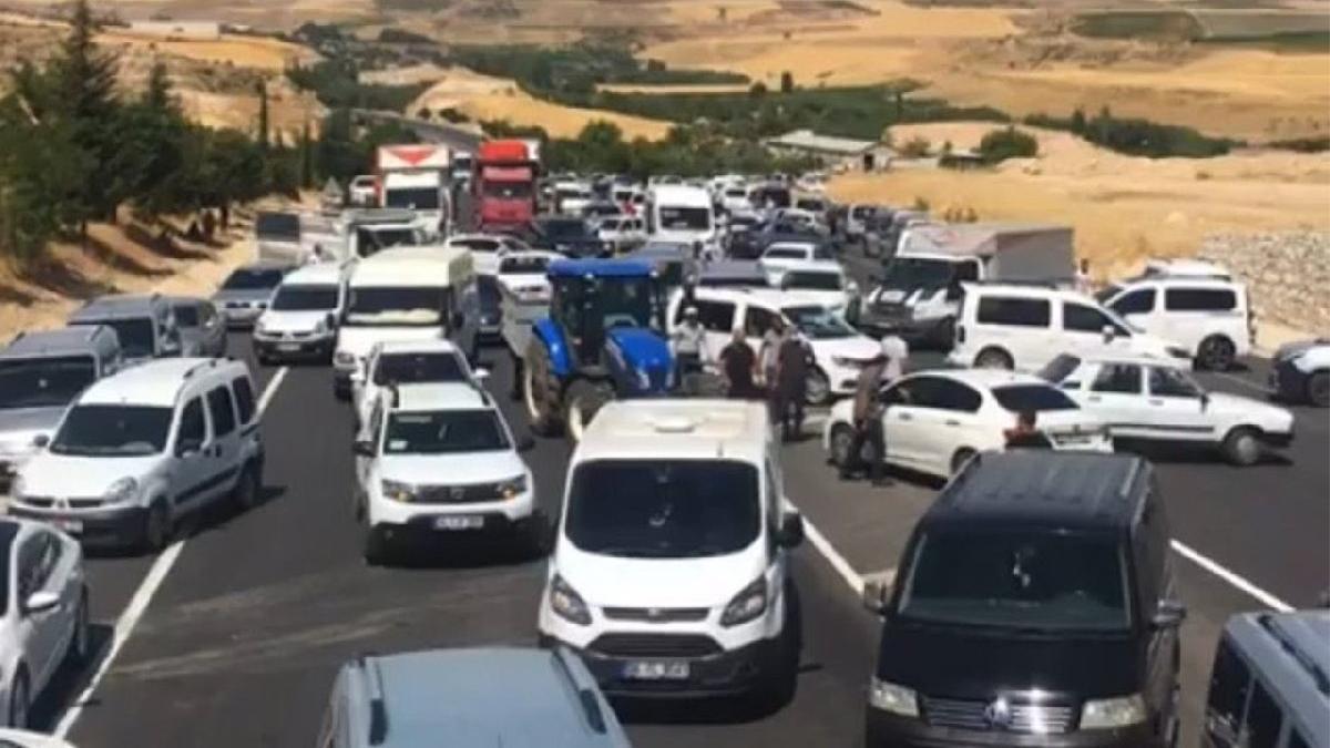 Tütün eylemleri Diyarbakır'a yayıldı: Üreticiler yolu trafiğe kapattı