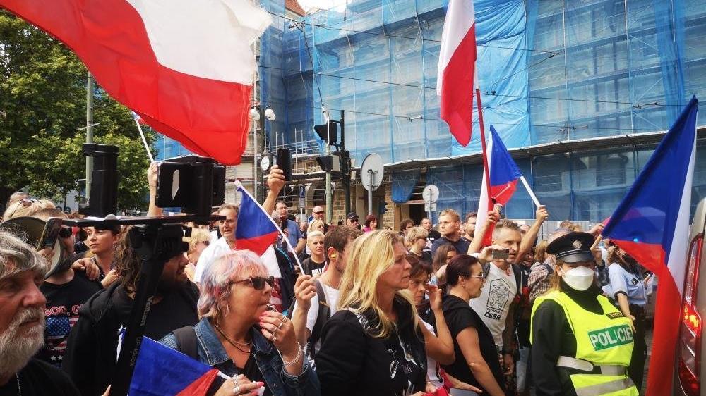 Çekya'da binlerce kişi corona önlemlerini protesto etti