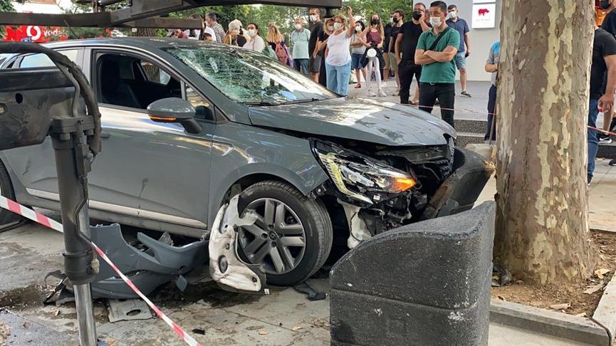 Bağdat Caddesi'nde aşırı hız yapılan otomobil önce kadına, ardından ağaca çarptı