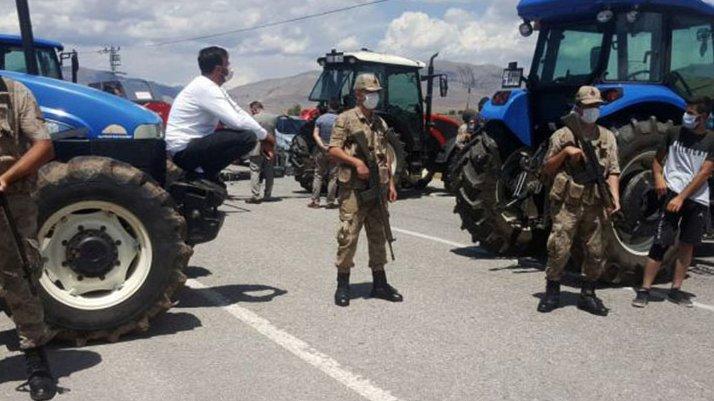 Çiftçiler isyan etti, yolu kapattı!