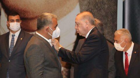 HDP'den istifa eden belediye başkanı AKP'ye katıldı, rozetini Erdoğan taktı