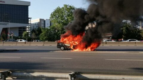 Kadıköy'de E-5'te otomobil yangını