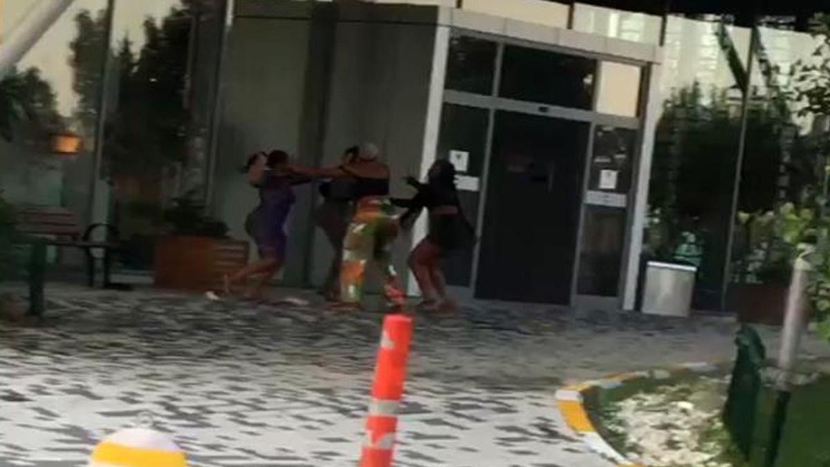 Lüks rezidansın önünde saç saça kavga