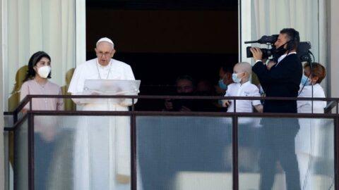 Papa ameliyattan sonra ilk kez görüntülendi