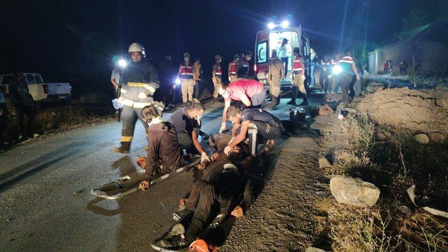 Kaçak mülteci taşıyan minibüs devrildi! 12 kişi öldü, 20 yaralı var