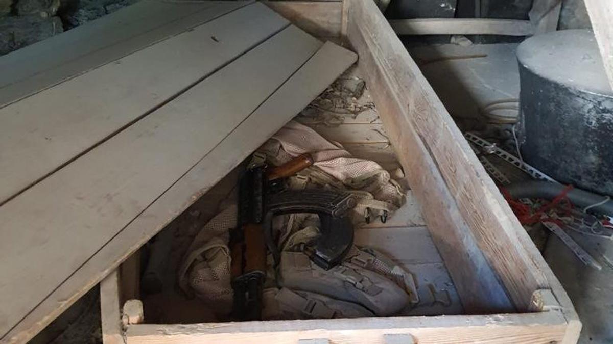 Cami bahçesinde bulunan eski tabuttan cephanelik çıktı