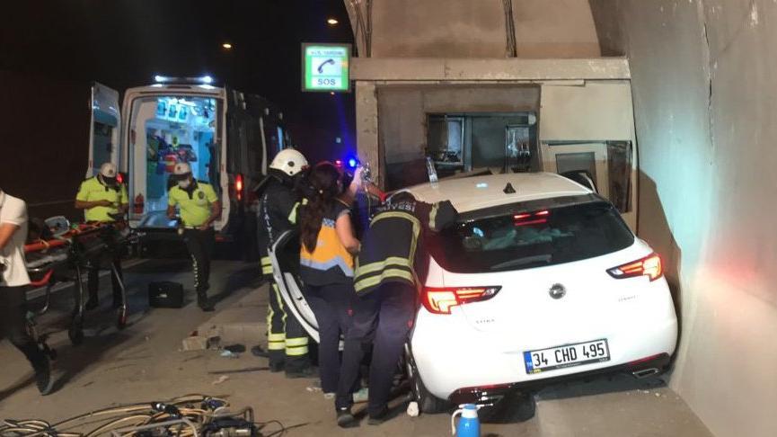 Tünelde önce otomobile sonra acil durum telefon kulübesine çarptı: 3 yaralı