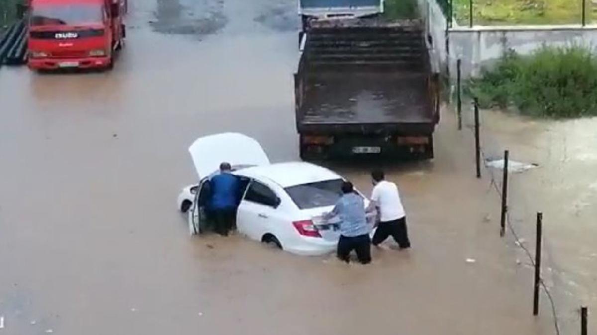 Rize'de sağanak! Dereler taştı, evleri su bastı, yollar kapandı