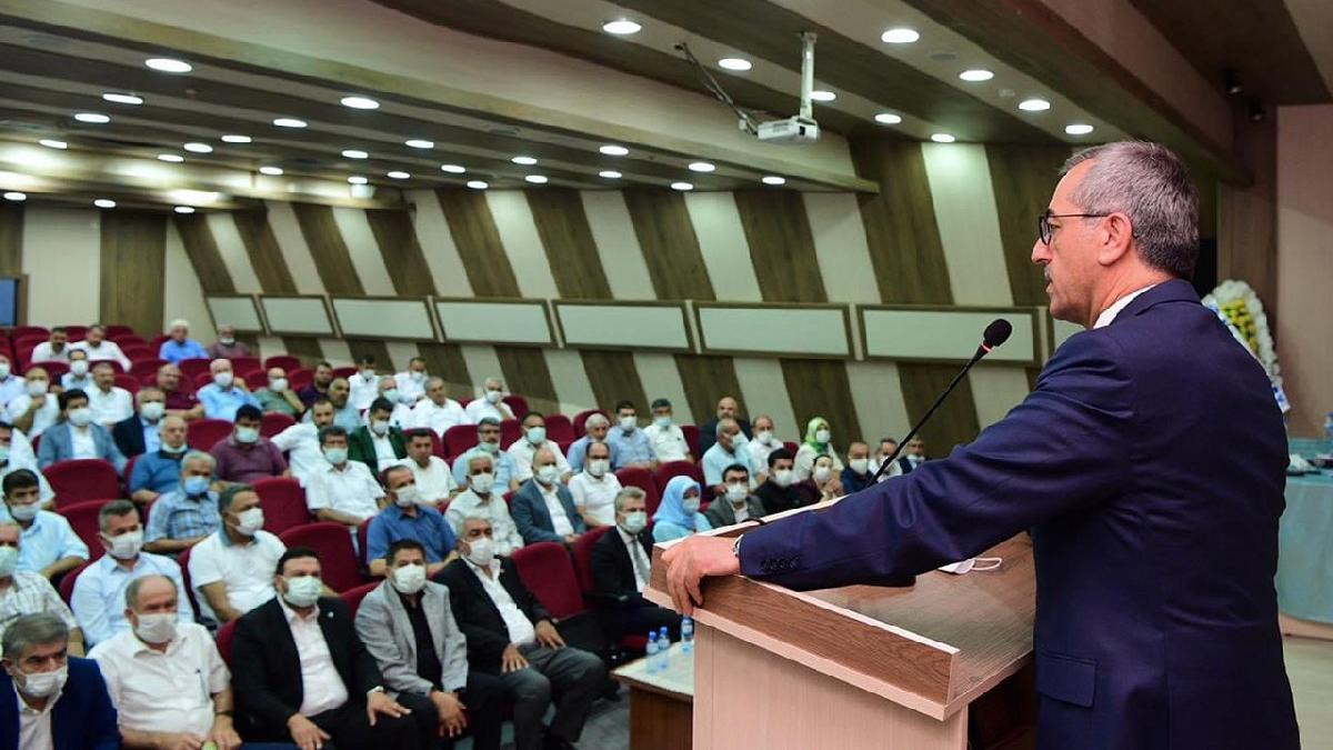 AKP'li başkan muhalif gazeteciyi çıkarttırıp öyle salona girdi