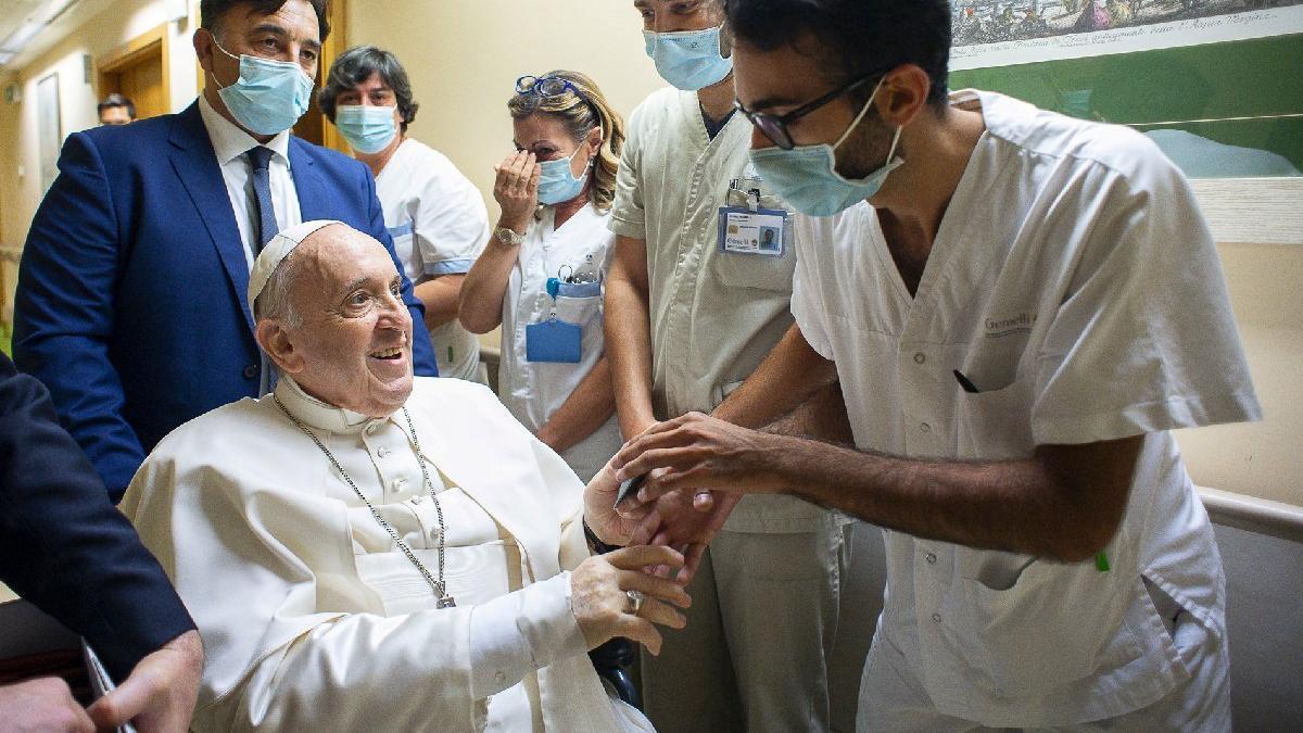 Papa Francis ameliyattan 11 gün sonra taburcu oldu