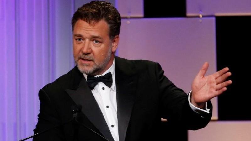 Russell Crowe, aşı olmak için 7.000 Avustralyalı ile birlikte sıraya girdi