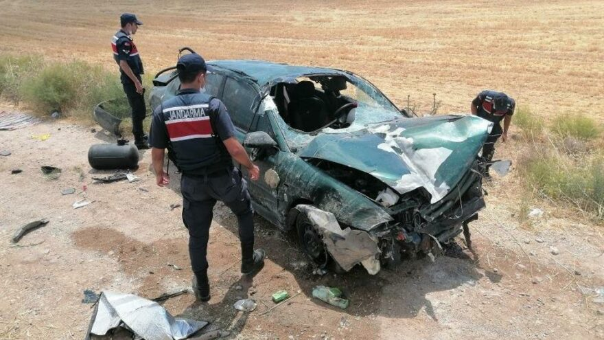 Takla atarak hurdaya dönen otomobilde 1'i bebek 3 kişi yaralandı